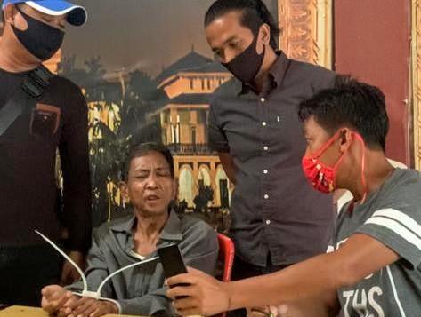 Pelaku pencuri handphone istri mantan gubernur Sumut Syamsul Arifin saat diamankan Tim Elang Intelmob Satbrimobda Polda Sumut. Foto: Istimewa