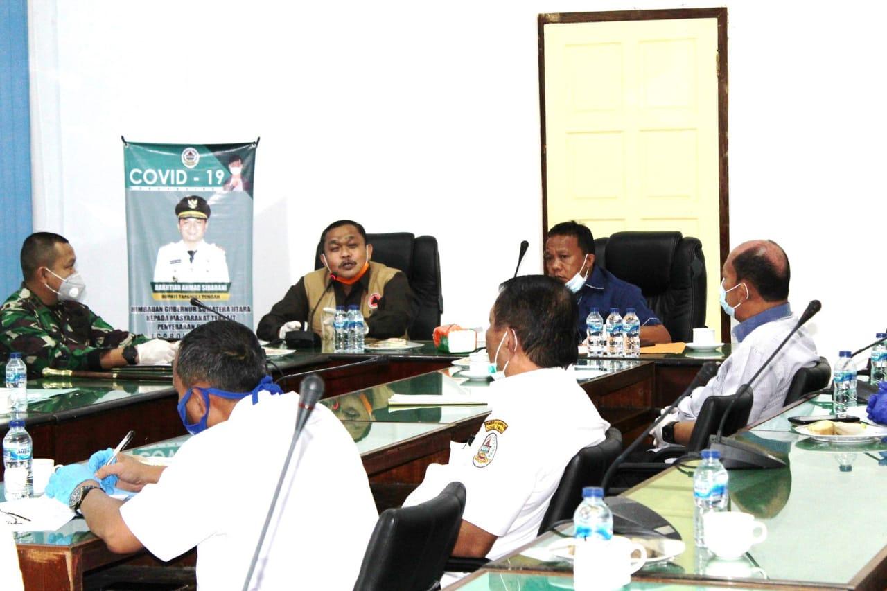 Wakil Bupati Tapanuli Tengah, Darwin Sitompul saat berbincang-bincang dengan Mayjend TNI (Purn) Darlan Harahap. Foto: Istimewa