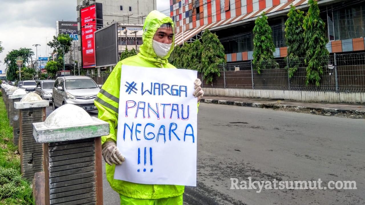 Sosialisasi Posko Pemantauan Bantuan Covid-19 oleh SAHDaR di Tugu SIB, Kota Medan. Foto: Rakyatsumut.com,/Muklis