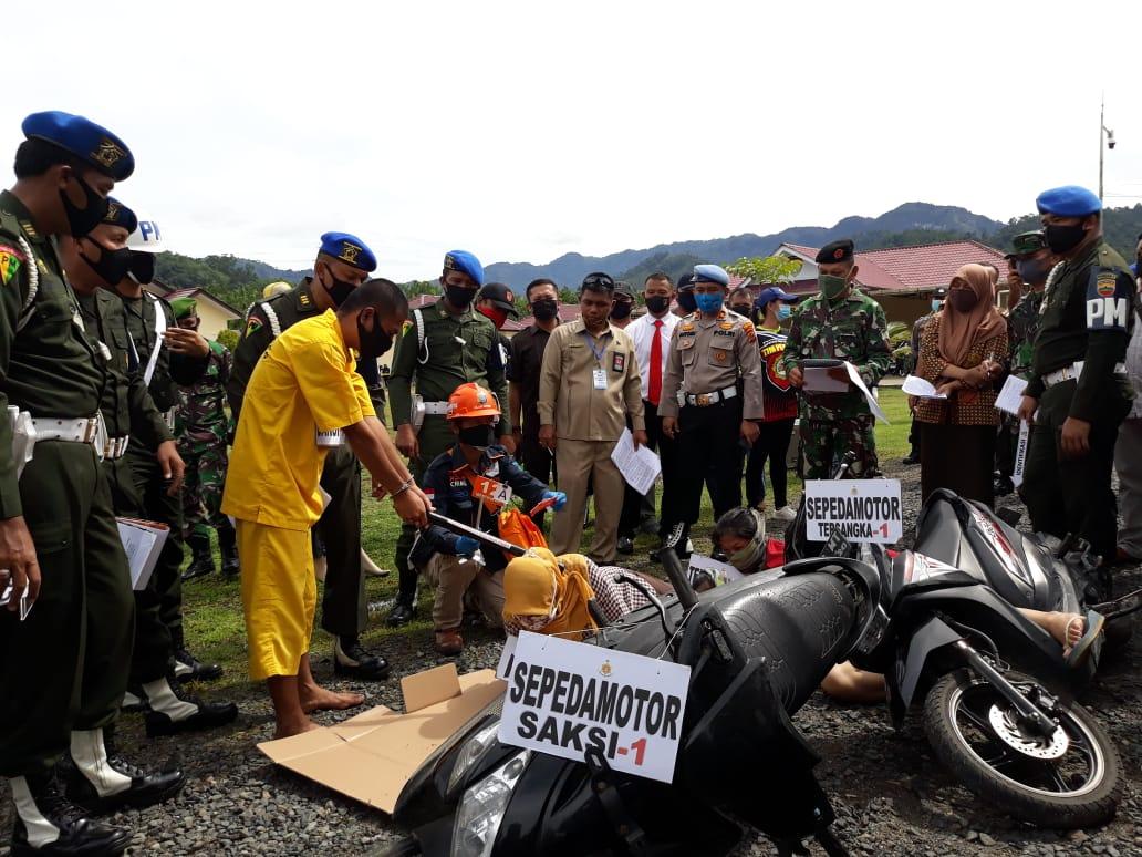 Proses rekonstruksi dugaan pembunuhan yang dilakukan oknum TNI terhadap istrinya di Tapteng. Foto: Istimewa