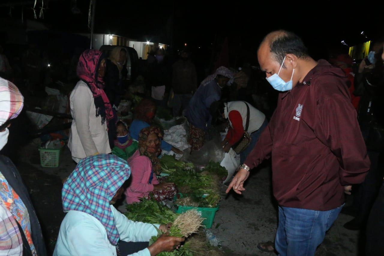 Bupati Nikson saat membeli sayuran petani di Pasar Tarutung. Foto: Istimewa