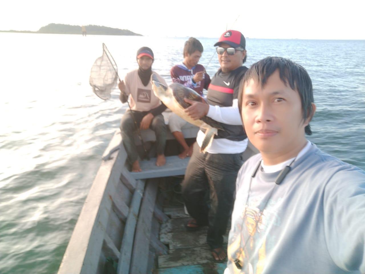 Para pemancing di Sibolga, Sumatera Utara mengabadikan momen saat menemukan Penyu Hijau di perairan Pulau Poncan Ketek, Minggu Sore. Foto: Istimewa