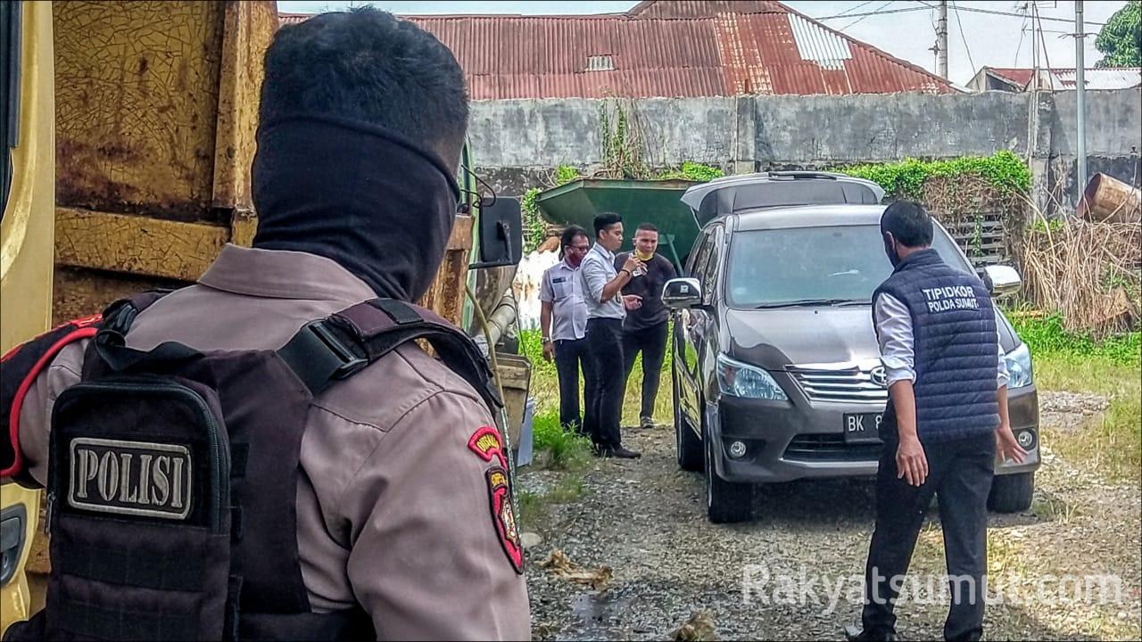 Petugas Tipidkor Polda Sumut saat melakukan penggeledahan Dinas Bina Marga dan Bina Konstruksi Sumut. Foto: Rakyatsumut.com,/Muklis