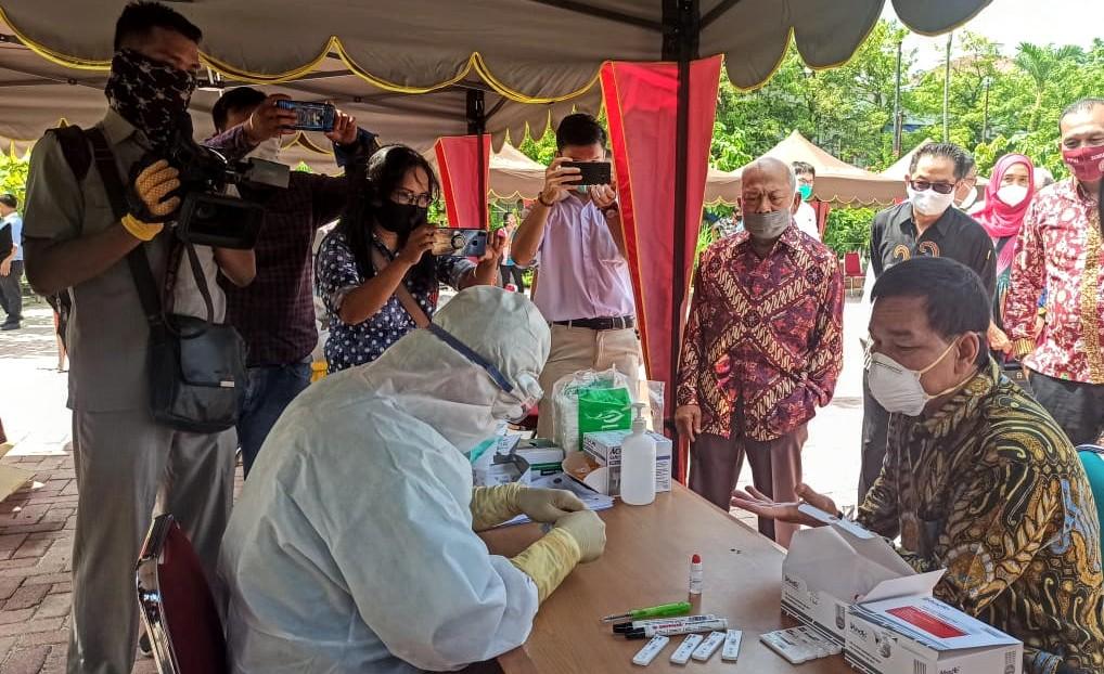 Profesor Runtung Sitepu (baju batik) memantau langsung pelaksanaan Rapid Test massal gratis yang digelar Universitas Sumatera Utara. Foto: Istimewa