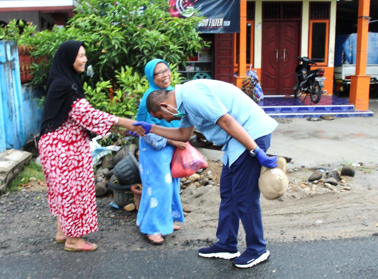 Bupati Tapteng, Bakhtiar Ahmad Sibarani saat membagikan sembako. Foto: istimewa