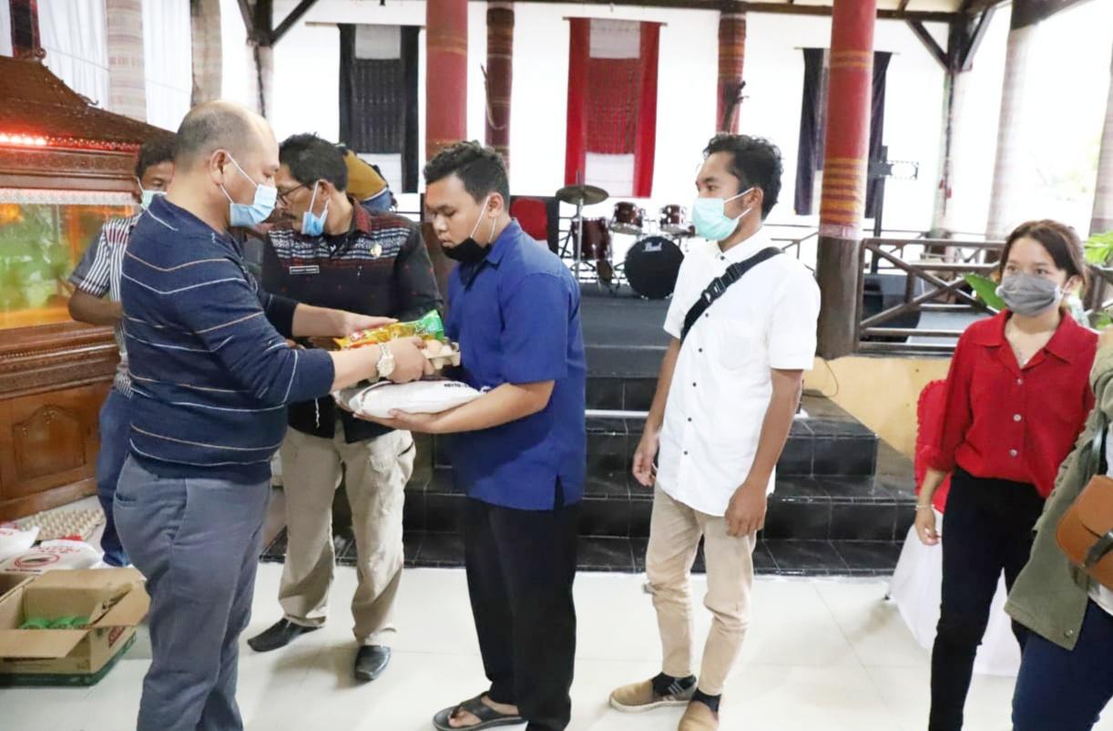 Bupati Taput, Nikson Nababan, berikan secara simbolis bantuan bahan pangan kepada pelatih karate dan bantuan tahap kedua bagi Mahasiswa. Foto: Istimewa