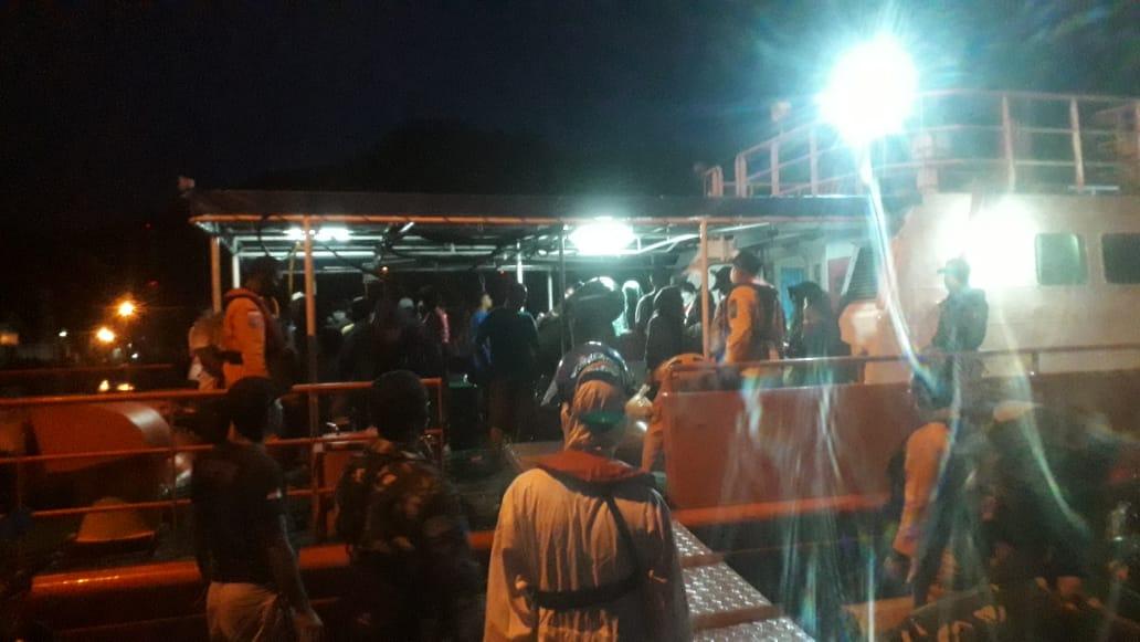 KN SAR Nakula membawa 39 penumpang kapal yang mati mesin di perairan Mursala, bersandar di PPN Sibolga. Foto: Rakyatsumut.com/ Damai Mendrofa