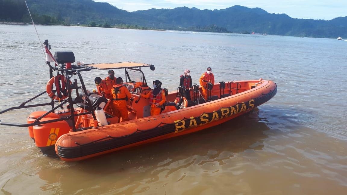 Tim SAR gabungan saat mencari nelayan kapal karam di perairan Pulau Pisang Gadang, Padang. Foto: Istimewa