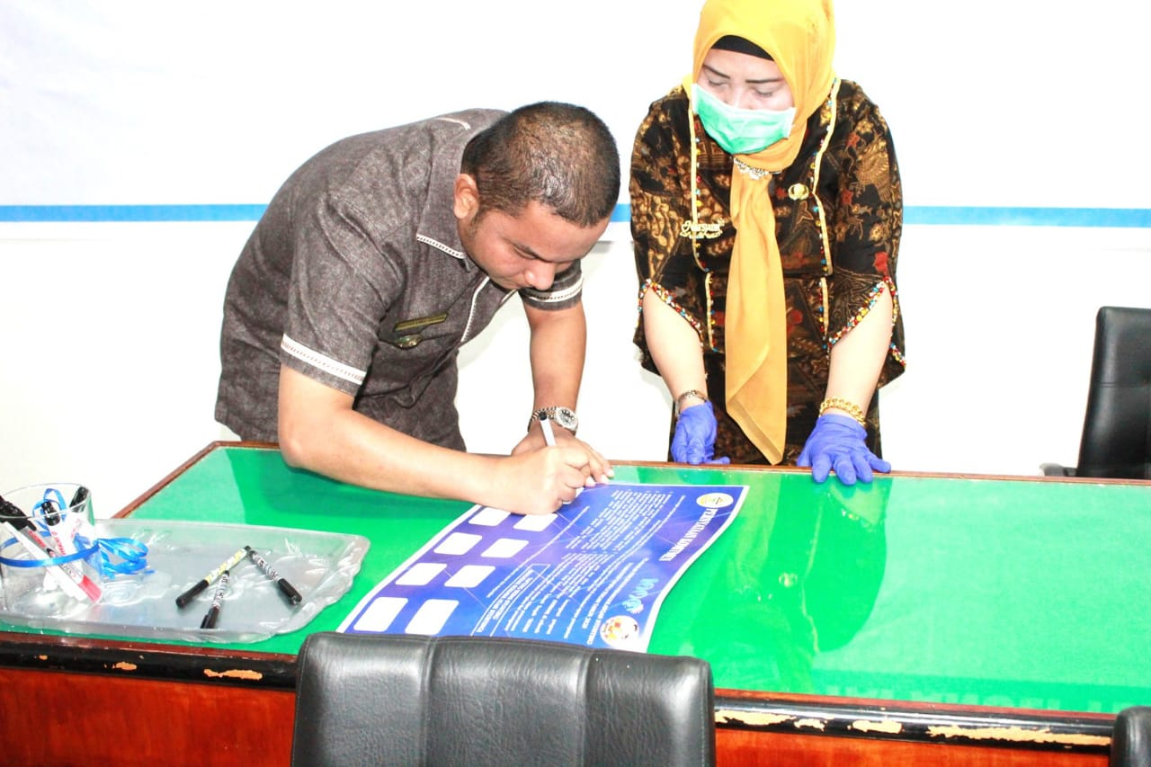 Bupati Tapteng, Bakhtiar Ahmad Sibarani saat menandatangani pernyataan komitmen mengatasi Stunting. Foto: istimewa