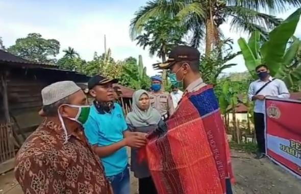 Kapolres Tapteng, AKBP Nicolas Dedy Arifianto saat diulosi masyarakat. Foto: istimewa