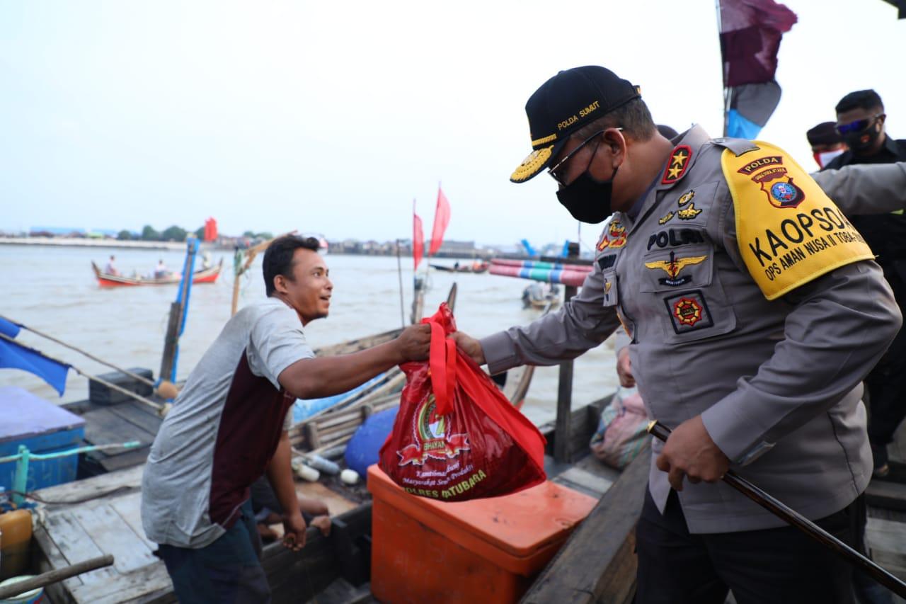 Kapolda Sumut Irjen Pol Martuani Sormin membagikan sembako ke nelayan di tengah laut. Foto: Istimewa