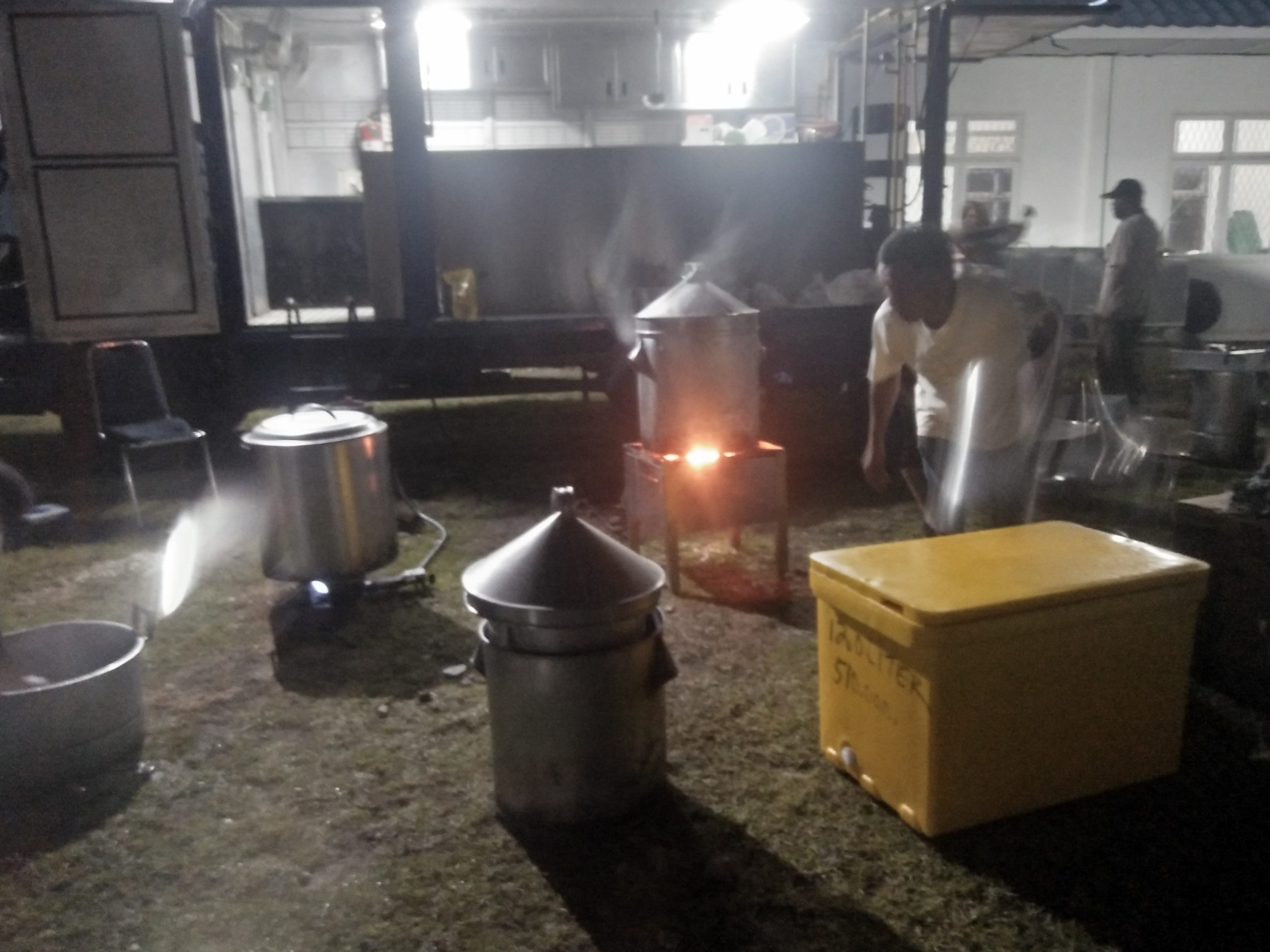 Petugas saat memasak nasi didapur umum Sihaporas Nauli. Foto: Rakyatsumut.com/Rommy