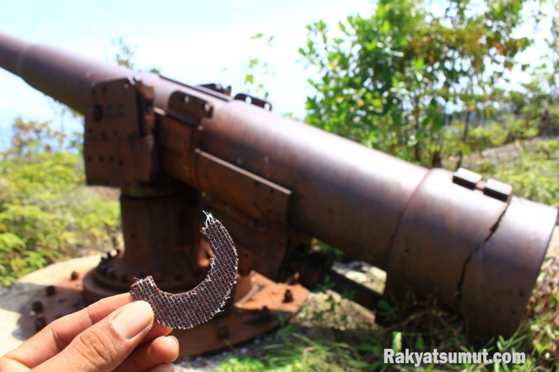 Sisa piringan gerinda yang digunakan orang tak bertanggungjawab yang diduga digunakan untuk mencuri material tembaga Meriam Bottot. Foto: Rakyatsumut.com