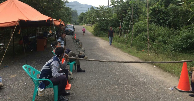 Sagiman usai menjumpai istri untuk mengantarkan obat anaknya. Foto: Rakyatsumut.com/ Damai Mendrofa