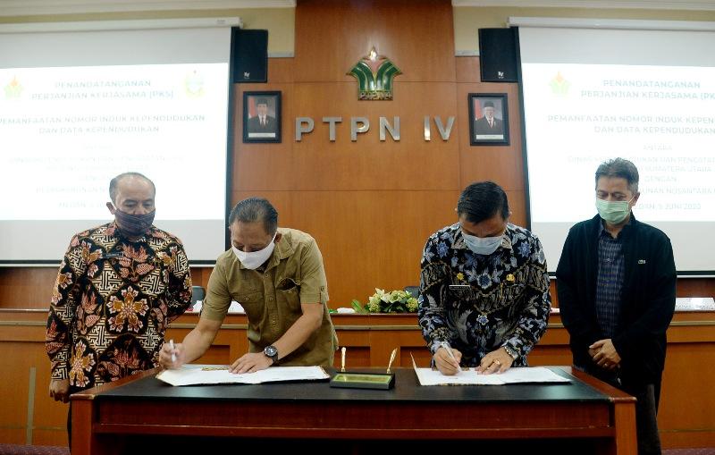 Penandatanganan PKS antara Disdukcapil Sumut dan PTPN IV terkait data kependudukan karyawan. Foto: Istimewa