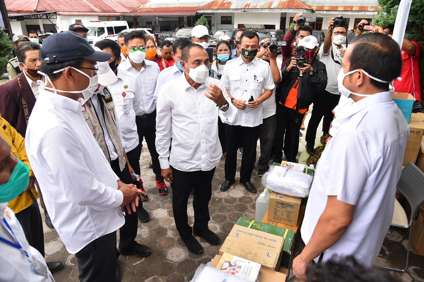 Gubernur Sumatera Utara Edy Rahmayadi menyerahkan bantuan untuk penangangan Covid - 19 beripa APD Komplit dan Hand Sanitizer di Rumah Sakit Umum Daerah Dolok Sanggul Kabupaten Humbang Hasundutan. Foto: Biro Humas dan Keprotokolan Setdaprov Sumut/ Veri Ardian