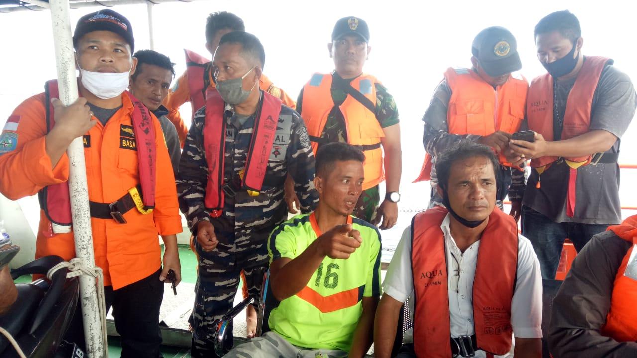 Antonius Duha (baju hijau muda), abk KM Cemara Laut yang berhasil ditemukan Tim SAR Gabungan dalam kondisi selamat. Foto: Istimewa