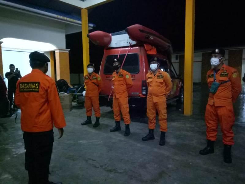 Personel Basarnas Nias saat diberangkatkan mencari kapal nelayan yang dikabarkan tenggelam di Perairan Nias Selatan. Foto: Istimewa