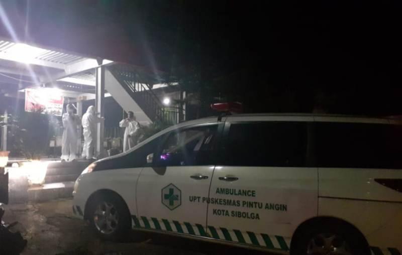 Mobil ambulans dan sejumlah petugas saat bersiap melakukan evakuasi terhadap keluarga pasien NS yang terpapar covid-19 di Kota Sibolga, Sumatera Utara. Foto: Rakyatsumut.com/ Mirwan Tanjung