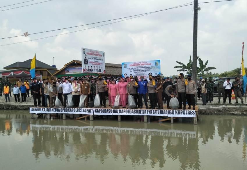 Penaburan bibit ikan di Desa Air Hitam, Kabupaten Batubara. Foto: Istimewa