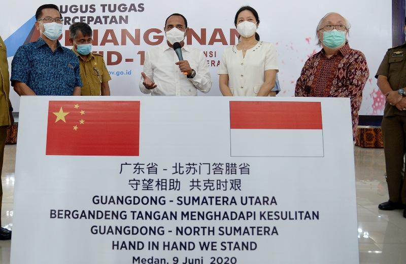 Gubernur Sumut Edy Rahmayadi saat menerima bantuan masker dari RRT. Foto: Istimewa