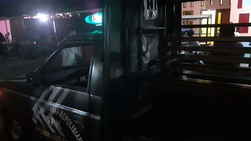 Mobil Polisi saat berhenti di Jalan Gambolo Kelurahan Pancuran Pinang tepatnya di lokasi dimana diduga terjadi penangkapan seorang pria. Foto: Rakyatsumut.com/ Mirwan Tanjung