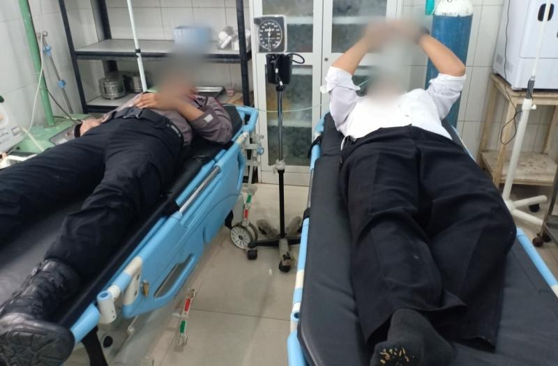 Dua personel Polres Madina yang terluka saat mengamankan kerusuhan di Desa Mompang Julu. Foto: Istimewa