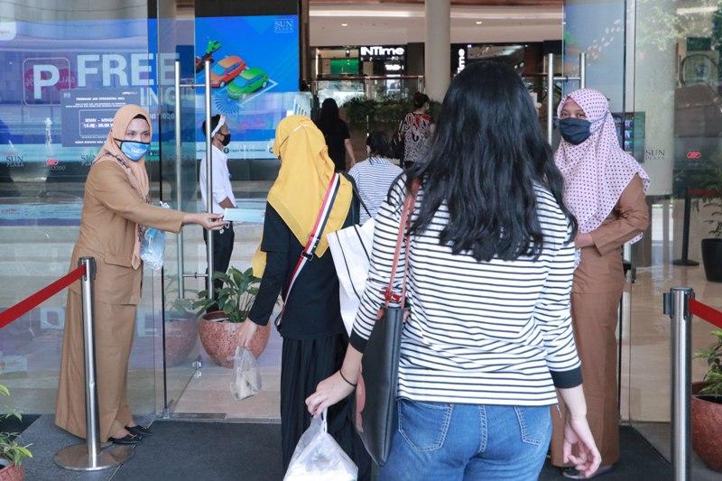 Dua ASN di Sumatera Utara saat dikerakan mensosialisasi protokol kesehatan kepada pengunjung di pusat perbelanjaan. Foto: Istimewa