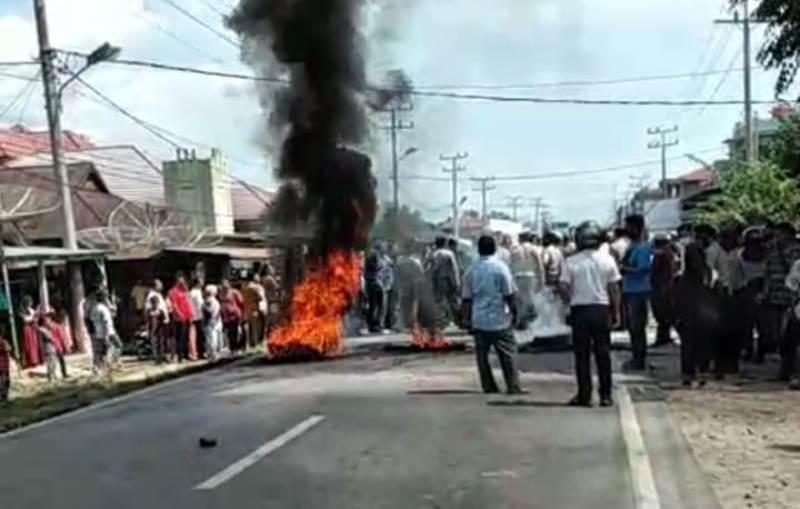 Suasana kerusuhan di Desa Mompang Julu, Kecamatan Panyabungan Utara, Kabupaten Mandailing Natal. Foto: Istimewa