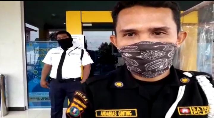 Andarias Ginting, petugas keamanan ULP PLN Medan Johor yang meminta warga punya ijin merekam video saat ajukan komplain. Foto: Tangkapan layar