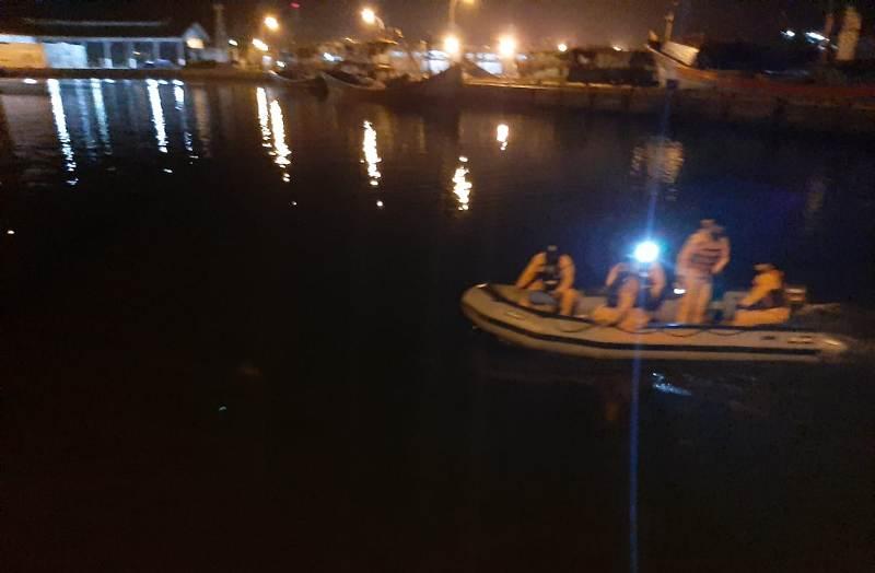 Personel SAR Sibolga saat melakukan pencarian remaja tenggelam di Pasar Belakang, Sibolga. Foto: Istimewa