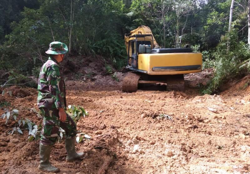 Seorang personel TNI Kodim 0211 Tapteng saat menjalankan program TMMD di Desa Siantar CA, Tapteng. Foto: Istimewa