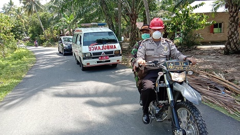 Tim puskesmas, bersama pihak kepolisian dan TNI saat berkeliling mengimbau masyarakat. Foto: istimewa