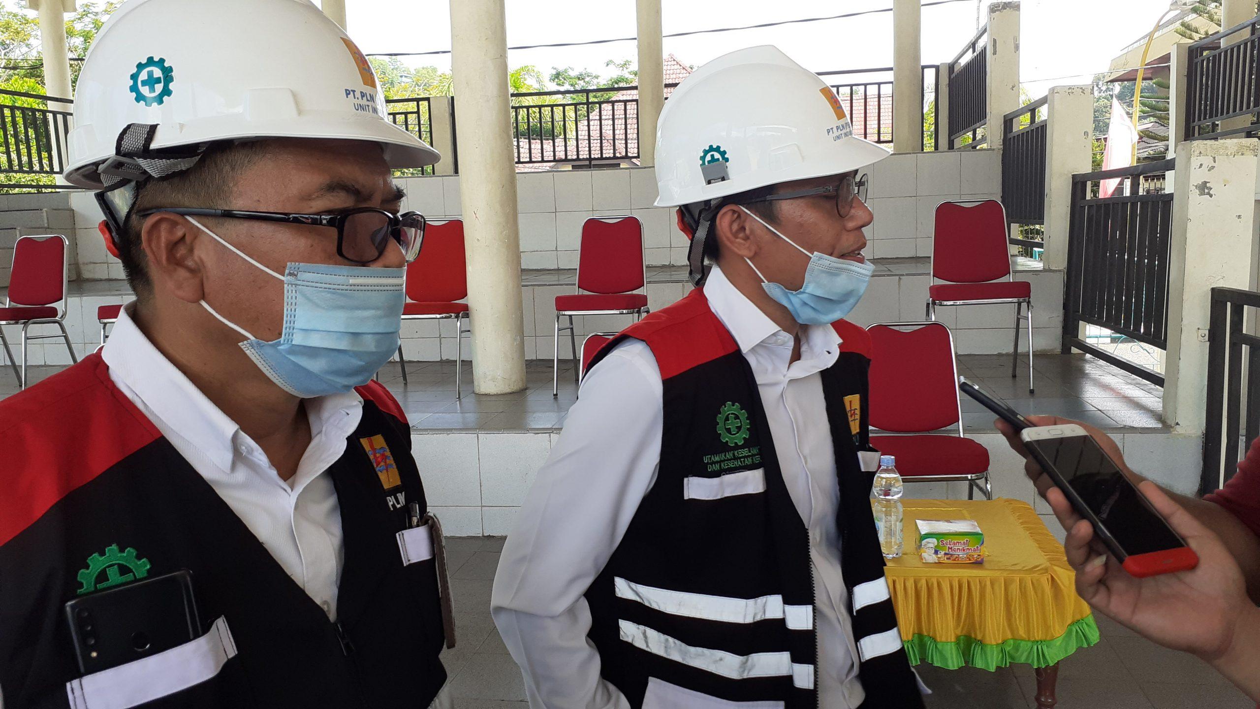 Manager PLN UP3 Sibolga Deny Fitrianto didampingi Humas PLN Marfin Tanjung saat diwawancarai awak media di tribun lapangan Simaremare Sibolga. Foto: Rakyatsumut.com/ Mirwan Tanjung.