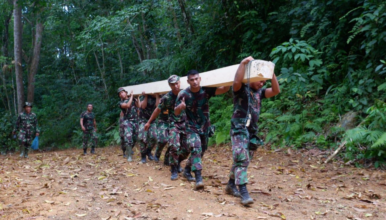 Personel TNI berjibaku dalam program TMMD 108 di Desa Siantar CA, Kecamatan Sosorgadong, Tapanuli Tengah. Foto: Istimewa