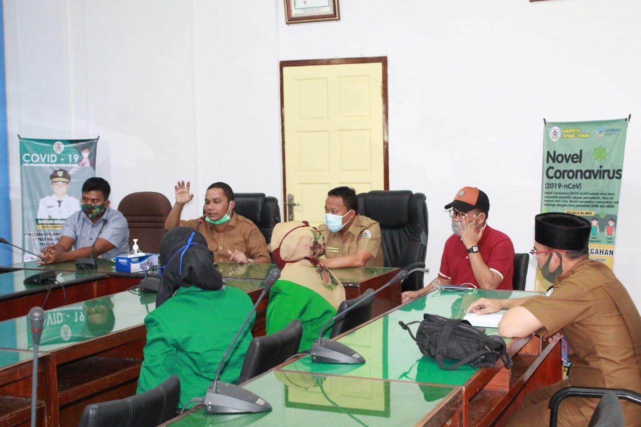 Bupati Tapteng, Bakhtiar Ahmad Sibarani saat bercengkrama dengan mahasiswa. Foto: istimewa