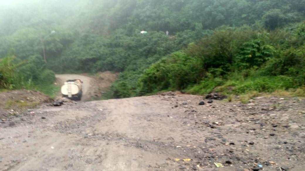 Ruas Jalan Tarutung-Sipirok atau tepatnya di Batu Jomba, Kabupaten Tapsel, Sumut, rusak parah. Foto: istimewa