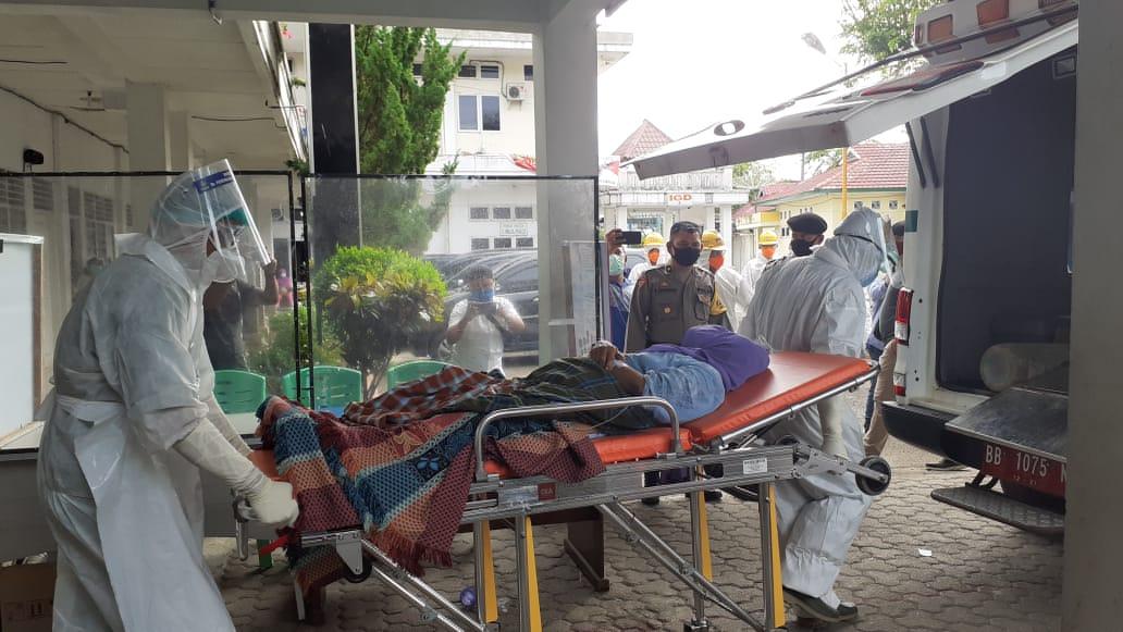 Pasien Covid-19, saat hendak dirujuk. Foto: Rakyatsumut.com/ Mirwan Tanjung