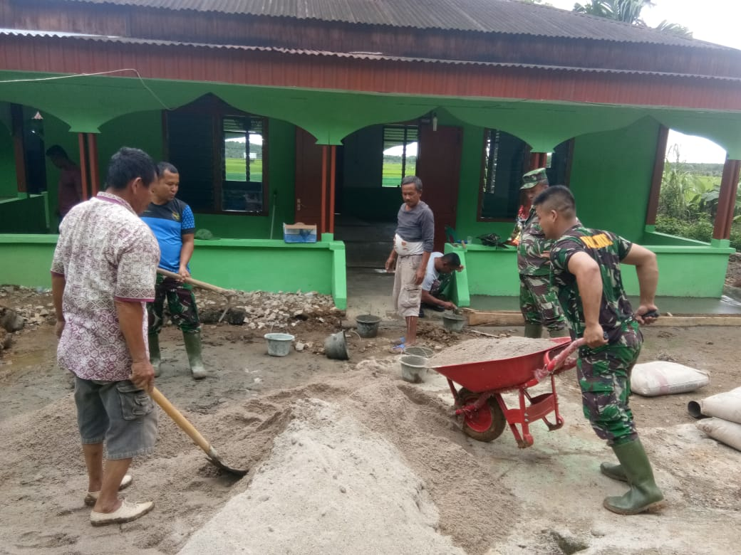 TNI Manunggal Membangun Desa (TMMD) Ke-108 Kodim 0211/Tapanuli Tengah bersama masyarakat saat melakulan pembersihan. Foto: istimewa