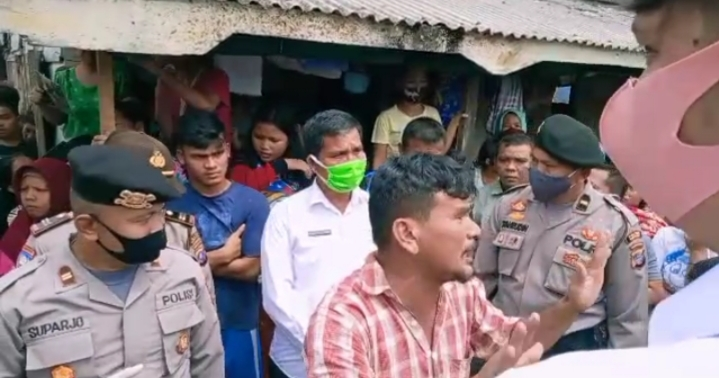 Rahmat Hidayat Pasaribu suami dari pasien Covid-19 warga Pasar Belakang saat berdebat dengan tim Gugus Tugas. Foto: Rakyatsumut.com/ Mirwan Tanjung