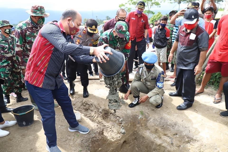 Bupati Taput, Nikson Nababan saat peletakan batu pertama pembangunan jembatan gantung bersama Dandim 0210 Taput. Foto: istimewa