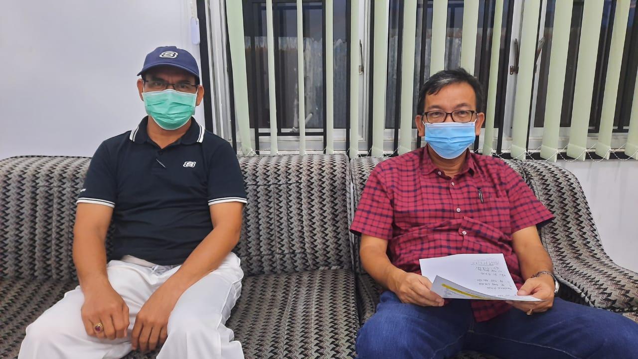 Kepala BPKPAD Tapteng Zafril Abdi Nasution, didampingi Plt. Kepala Dinas Pendidikan Tapteng Samrul Bahri Hutabarat diruang kerjanya. Foto: istimewa