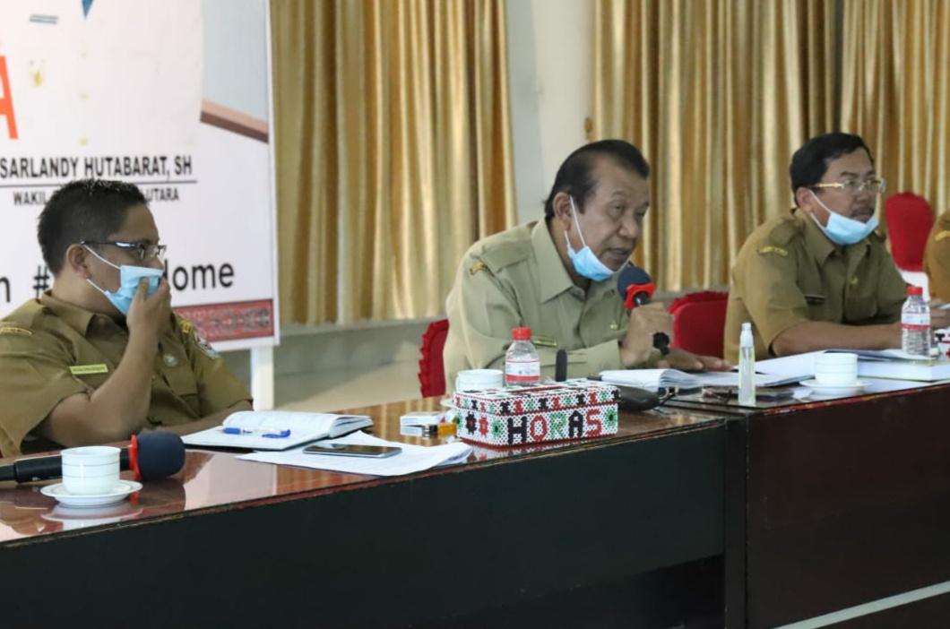 Wabup Taput, Sarlandy Hutabarat saat memimpin Rakor evaluasi LAKIP. Foto: Istimewa