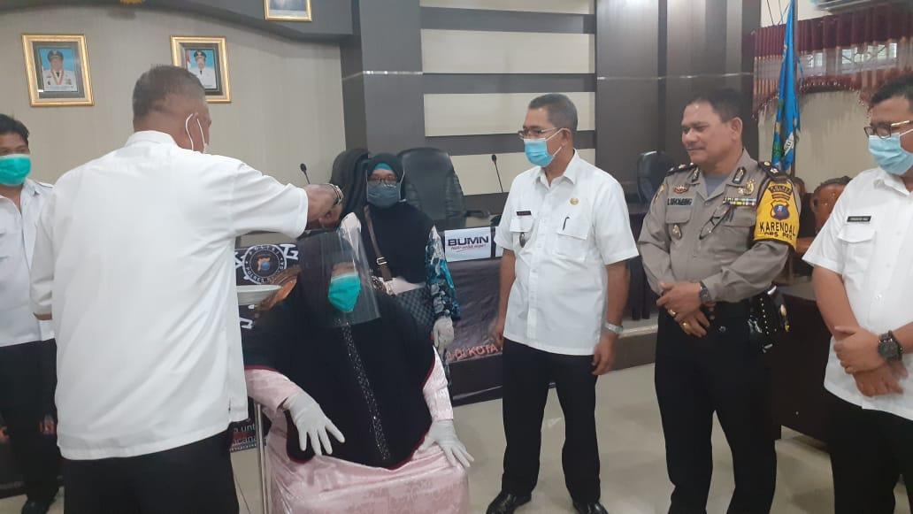Pasien Covid-19 di Sibolga yang dinyatakan sembuh di Upa-upa. Foto: Rakyatsumut.com/ Mirwan Tanjung