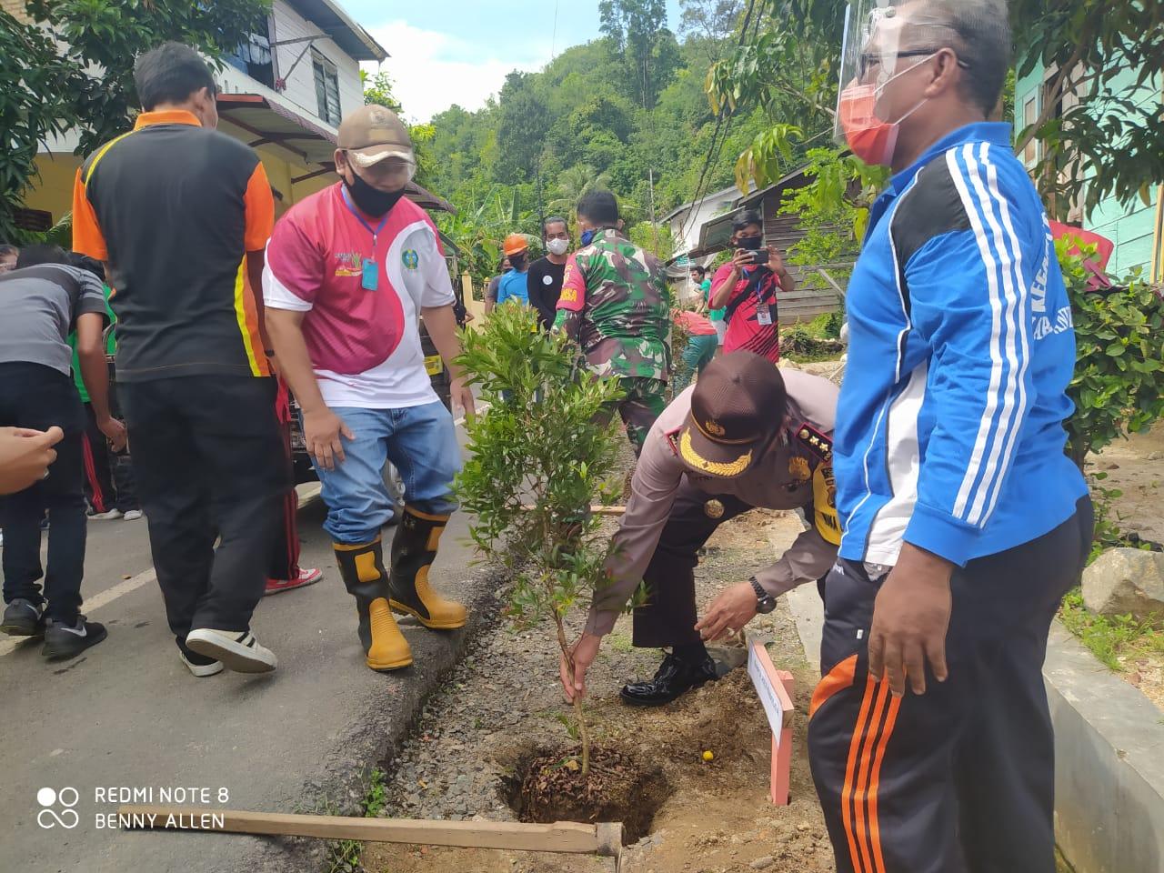 Wakapolres Sibolga, AKBP Sutrisno saat melakukan penanaman Pohon. Foto: istimewa