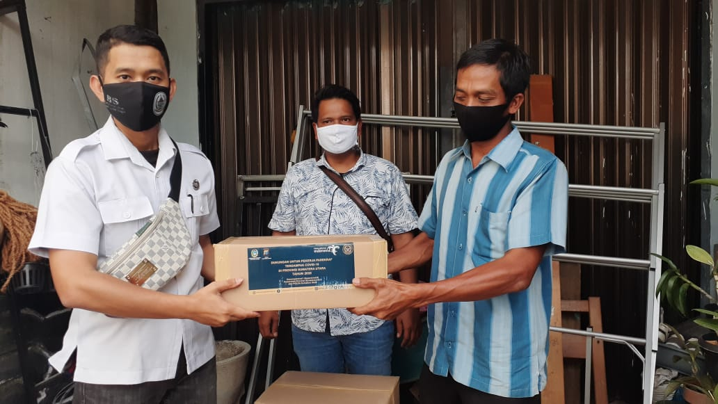 Seorang pramuwisata di Tapanuli Tengah menerima bantuan paket sembako dari Kemenparekraft. Foto: Istimewa