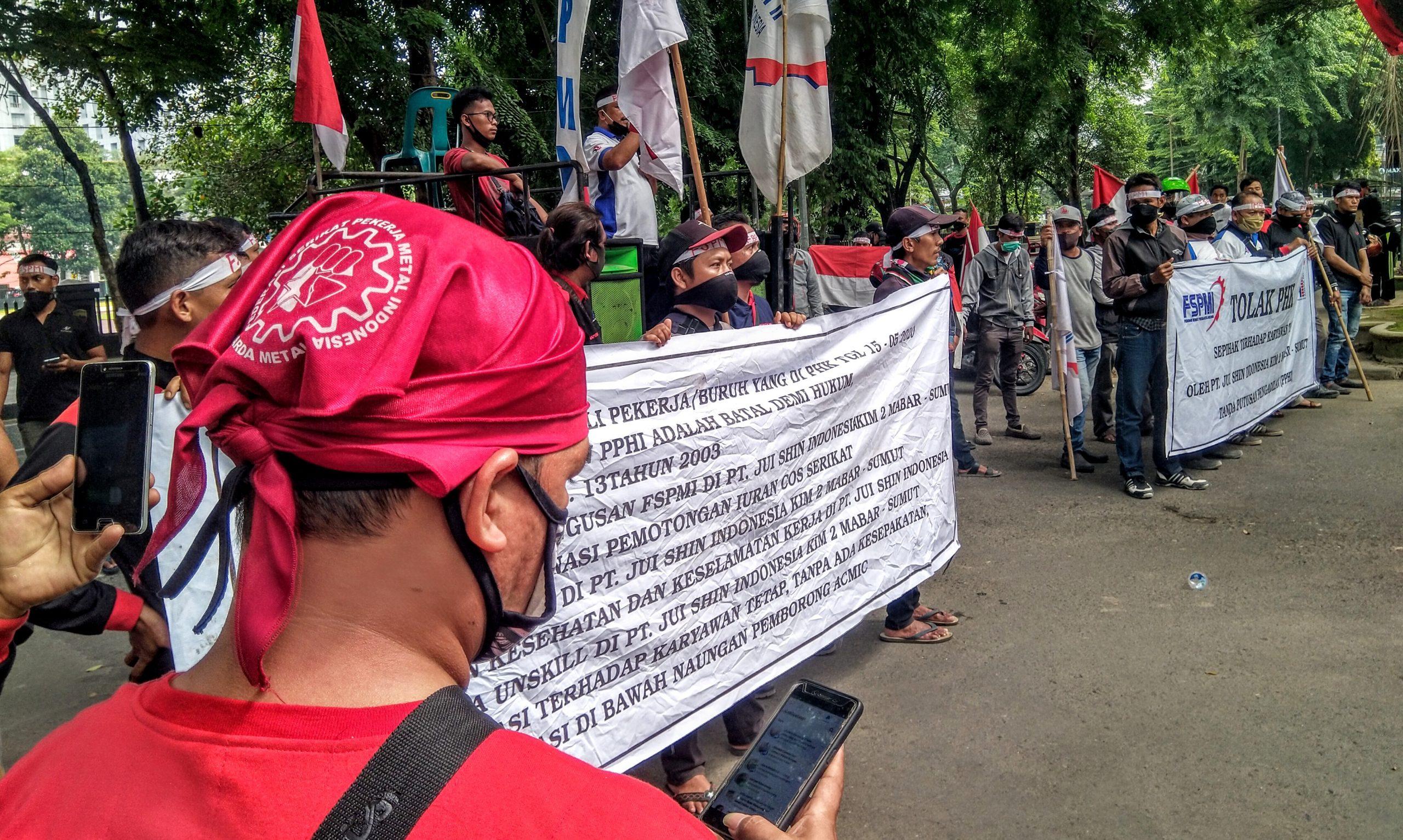 Puluhan masa FSPMI melakukan demonstrasi di depan kantor DPRD Sumut menyapaikan aspirasi atas PHK sepihak terhadap puluhan anggota serikat buruh. Foto: Rakyatsumut.com/Muklis