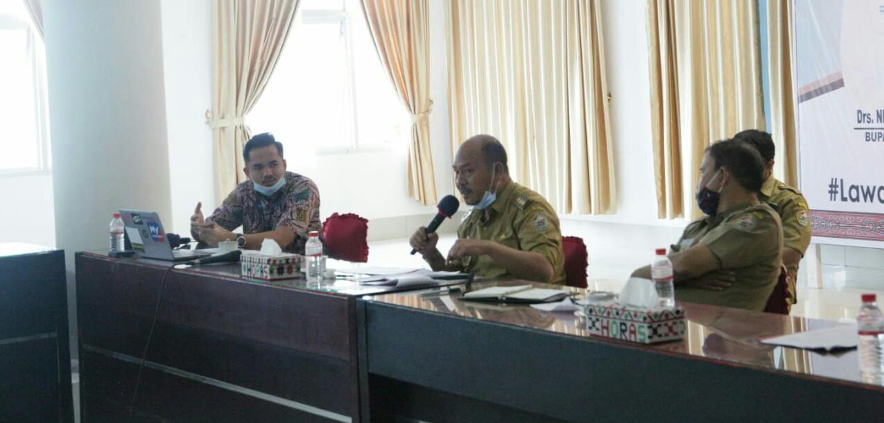Bupati Taput, Nikson Nababan saat memimpin rapat Evaluasi Pendistribusian Gas Elpiji 3 Kg di Tapanuli Utara, bertempat di Balai Data Kantor Bupati Taput, Tarutung. Foto: istimewa