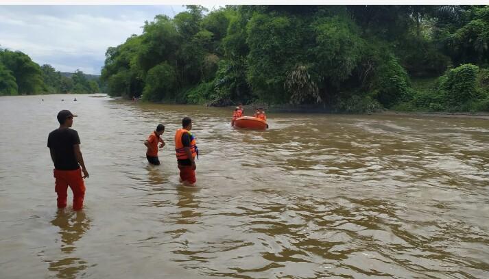 Tim yang terus berupaya mencari korban fengan menyisiri aliran Sungai Batang Pane. Foto: Istimewa.