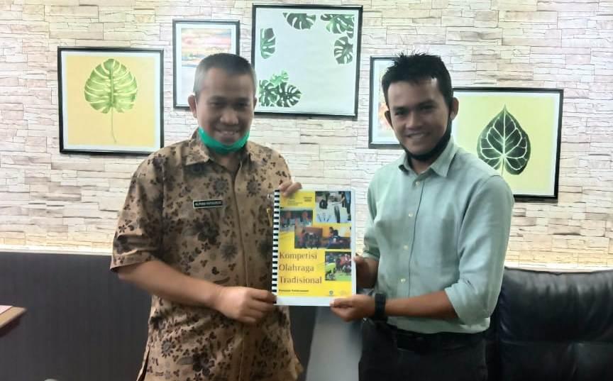 Sekretaris Disdik Sumut Alfian Hutauruk (kiri foto) dan Ketum KPOTI Sumut Agustin Sastrawan Harahap. Foto: Istimewa